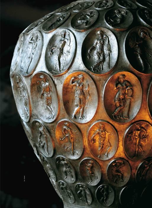 Anfora di Baratti: l'oggetto simbolo del nostro territorio ed il più prezioso rimasto dell'epoca romana, è un'anfora da vino in argento, della seconda metà del IV sec. d.C. Questo pezzo unico fu ritrovato casualmente da un pescatore nel mare del golfo di Baratti nel 1968. Oggi è custodito al Museo del Territorio di Piombino. È in argento quasi puro (94-96%) e poteva contenere 22 litri di vino. Presenta delle finissime decorazioni, 132 ovali in ciascuno dei quali è raffigurata una figura diversa. Si tratta di divinità, personaggi legati al culto di Cibele, al mito di Paride, menadi e baccanti. L'anfora doveva essere dotata di manici, purtroppo mai ritrovati.